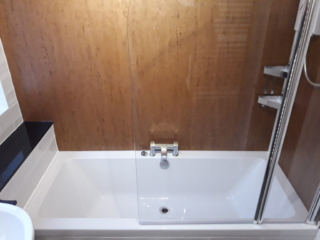 Double bath with copper wall boards