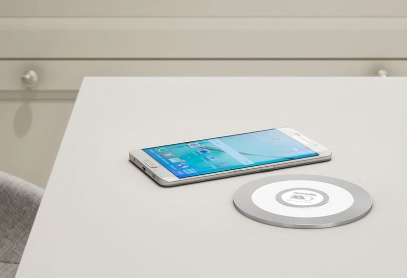 Qi wireless charging pad and mobile phone